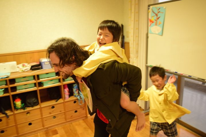 Blake interacting with children at Shiawase no hoshi nursery School, Fukuoka. (Photo: David Nielsen)