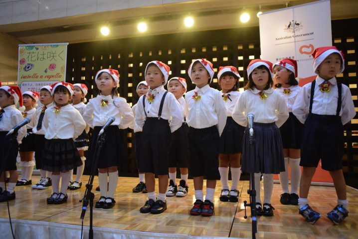 Very cute choir of young kindergarten children performing alongside Isabella a cappella (Photo: David Nielsen)
