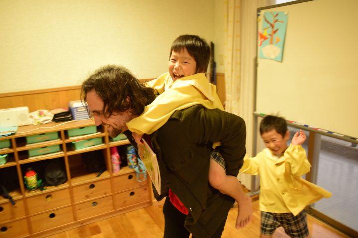Blake interacting with children at Shiawase no hoshi nursery School, Fukuoka. (Photo: David Nielsen)