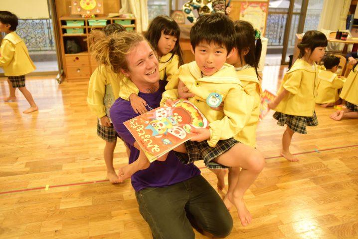 Jake interacting with children at Shiawase no hoshi nursery School, Fukuoka. (Photo: David Nielsen)